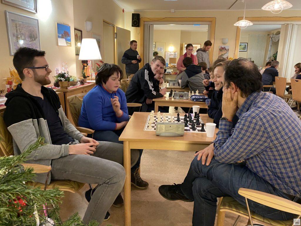 """Bei der Weihnachtsfeier 2019 wurde ein entspanntes Turnier gespielt, bei dem """"Alt"""" und """"Jung"""" Spaß hatten"""