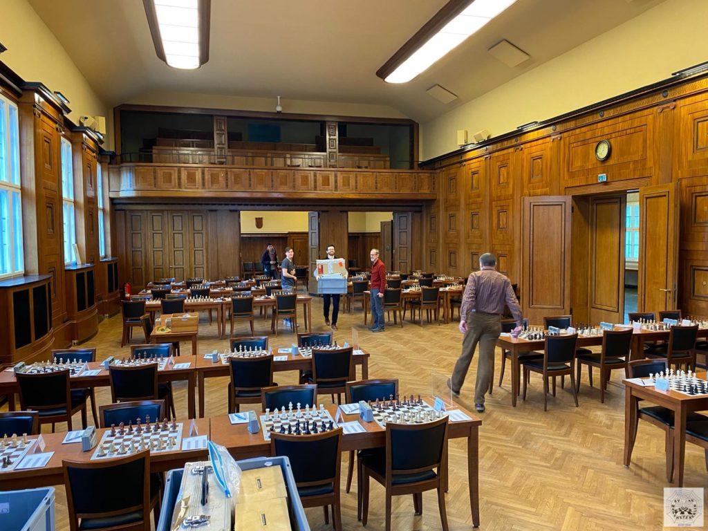 Vorbereitung und Aufbau des Turniersaals mit 46 Brettern am Samstag (mit 6 Mann für 46 eigene Spieler)