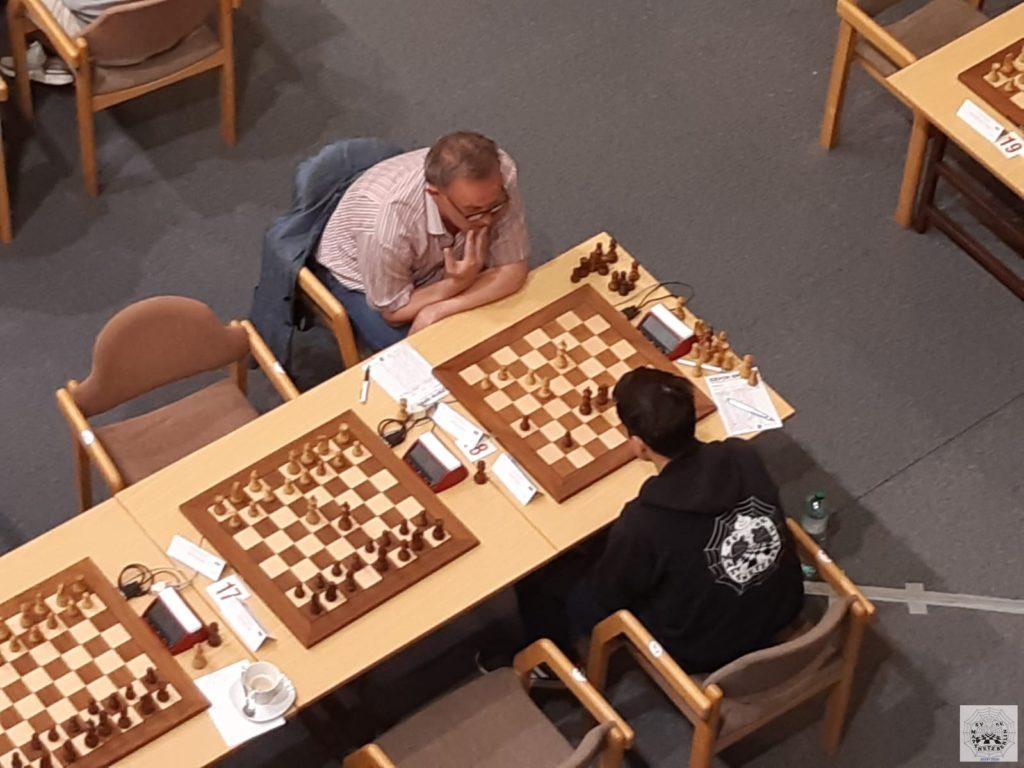 Henrik im Endspiel gegen GM Ralf Akesson beim Czech Open 2021 in Runde 5.